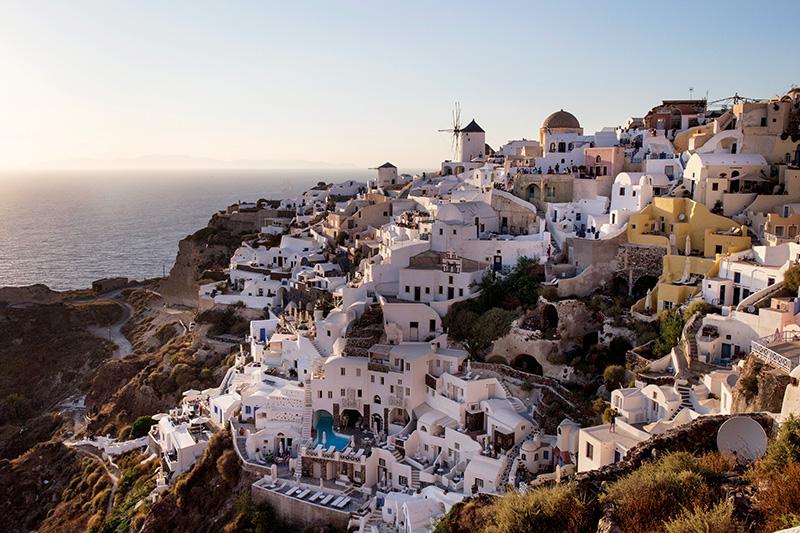 Kiklad Ailesi'nin en gösterişli adası Santorini, lacivert denize bakan yamaçlara sıralanmış bembeyaz kübik evleriyle muhteşem bir manzara sunuyor.